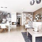 Interiér domu je zariadený v univerzálnej sivobéžovej farbe v kombinácii s nadčasovou bielou. Farebnosť prechádza celým domom a vytvára tak harmonické prostredie.