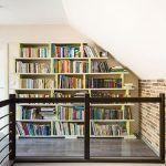 Na hornom poschodí bola kedysi dielňa, ktorú majiteľka z priestorových dôvodov a pre veľkú prašnosť v celom dome presťahovala do nájomných priestorov v Prievidzi. Dominantou je veľká knižnica – pod jej dizajn sa podpísala Patrícia. Navrhla ju do podkrovia tak, aby sa čo najefektívnejšie využil šikmý priestor.