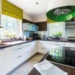 Priestranná kuchyňa do písmena L v modernom štýle, podobne ako celý interiér s množstvom shabby prvkov, je zladená do zemitých tónov hnedej, béžovej, krémovej a olivovozelenej farebnosti. Patrícia ju vyberala spolu s architektkou.