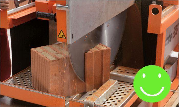 Na väčších stavbách sa uplatní aj veľká stolová okružná píla s posuvom a vodným chladením. Použiť ju môžete na rezanie dierovaných tehál i tehál plnených tepelnou izoláciou.