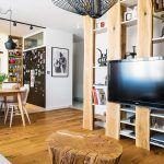 """Príjemné mladé bývanie. Majitelia inklinovali k prírodným materiálom, ale s moderným dizajnom – interiér s presne takou atmosférou, akú si predstavovali, im navrhol Michal Staško. """"Uvedomovali si pozitíva aj negatíva bytu, ale keďže si nechali poradiť, podarilo sa negatíva potlačiť,"""" upozorňuje dizajnér."""