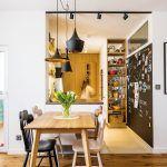 """Kuchyňa je umiestnená v """"zálive"""", ktorý nadväzuje na obývačku. Nájsť praktické, a pritom vzdušne pôsobiace riešenie linky v úzkom priestore bolo dôležité a pomerne náročné – návrh vznikol v spolupráci s kuchynským štúdiom Domoss."""