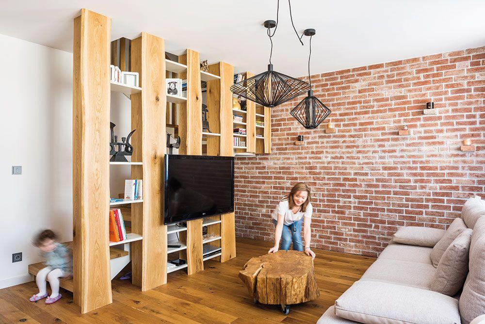 Multimediálna stena s televízorom a policami, prístupnými z oboch strán, je zároveň vzdušným zábradlím schodiska – tento nápad pozdvihol celý denný priestor. Vďaka nej sa schodisko stalo súčasťou obývačky, z ktorej má človek úplne iný pocit.