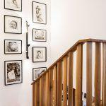 """Na podeste vznikla malá galéria z rodinných fotografií. """"Je to vysoký priestor, s ktorým bolo treba niečo urobiť, a toto je veľmi príjemný prvok. Navyše, majitelia majú veľmi pekné rodinné umelecké fotografie,"""" uznáva dizajnér."""