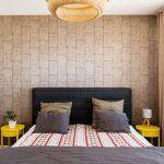 Tapeta za čelom postele príjemne dotvorila atmosféru spálne. Keďže k nej patrí aj samostatný šatník, spálňa pôsobí priestranne a vzdušne bez tradičných skríň.