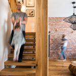 """Naprírodno v správnej miere. Majitelia inklinujú k prírodným materiálom a v obývačke chceli veľa dreva. Dizajnér však udržal množstvo drevených prvkov na príjemnej úrovni, tak, aby interiér neskĺzol k efektu """"drevárne""""."""