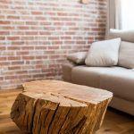 Prírodné materiály – drevo a tehlový obklad – vytvorili útulný interiér podľa predstáv rodiny. Biele plochy a čierne detaily zas posunuli celok viac smerom k mladistvému pocitu a modernému dizajnu.