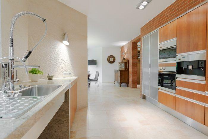 Moderné kuchyne častokrát využívajú priestor jednej celej steny, kde gazdinká môže ukryť nielen všetky kuchynské riady a potreby, ale aj spotrebiče.