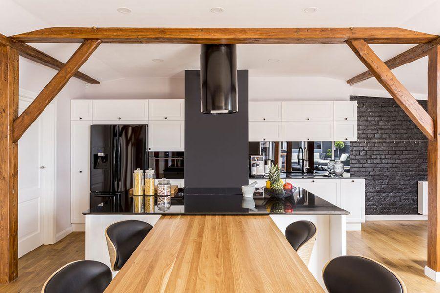 Moderná kuchyňa s tehlovou stenou.