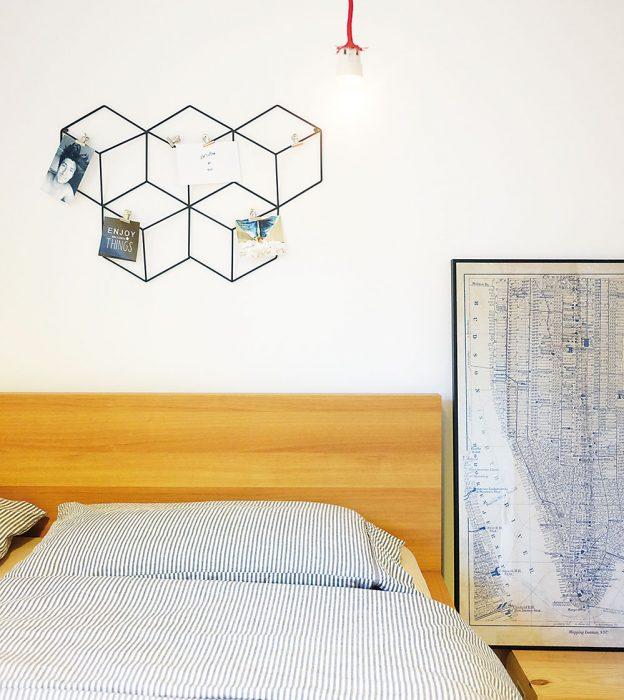 Inšpirovala nás moderná ozdoba na stene v geometrickom tvare šesťuholníkov, podľa ktorej sme si vytvorili návrh aj pre našu magnetickú stenu.