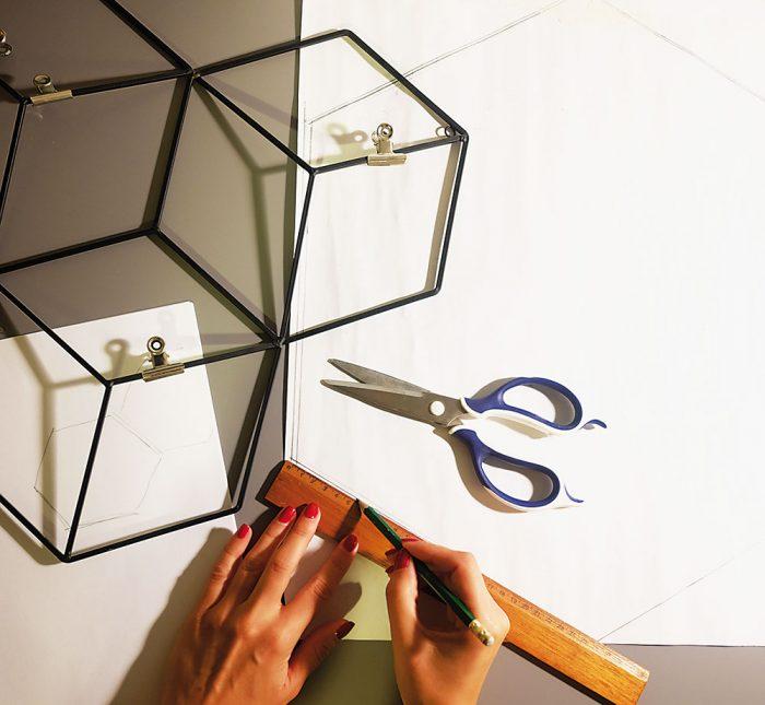 Vytvorenie šablóny Z papiera si vystrihneme šablónu šesťuholníka. Veľkosť môže byť individuálna, záleží na tom, koľko priestoru je k dispozícii.