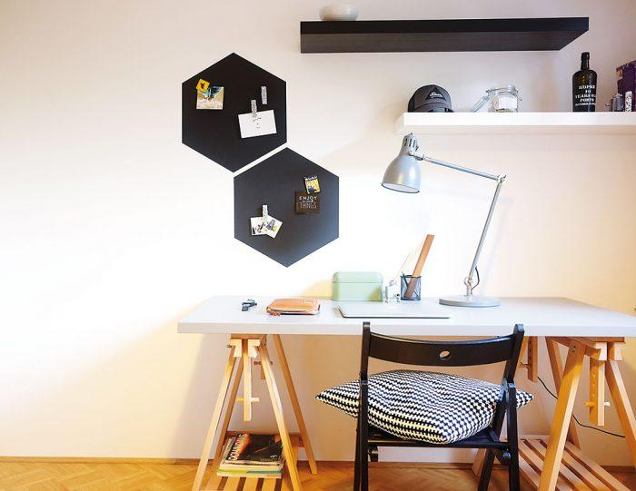 Na magnetickú stenu pomocou magnetu upevníme fotky, odkazy či obrázky. Hotovo, pracovný kút je krajší aj praktickejší.