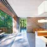 Na terasu sa vstupuje cez trojdielnu posuvno-zdvihovú zasklenú stenu, inštalovanú na celú výšku miestnosti – od podlahy až po strop. Otvorená je skrytá v priestore za predsadenou vnútornou stenou, vďaka čomu sa dokonale stiera hranica medzi interiérom a vonkajším prostredím.