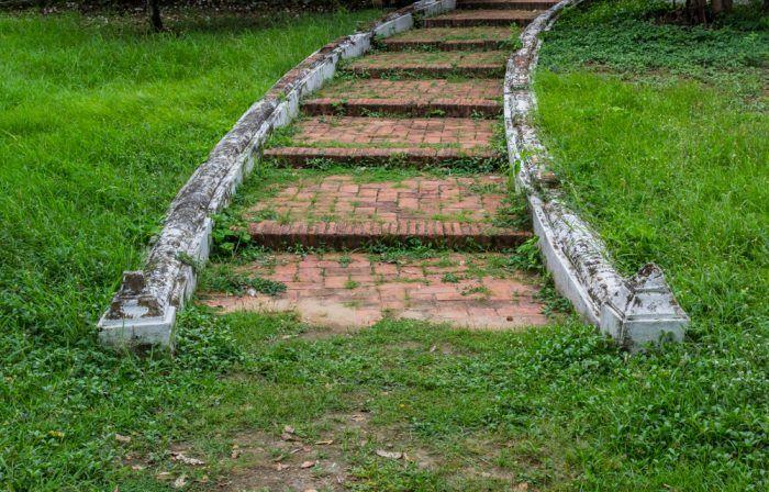 Aj v prípade, že svaho vo vašej záhrade nie je prudký, môžte si namiesto stúpajúceho chodníka urobiť mierne schodíky.