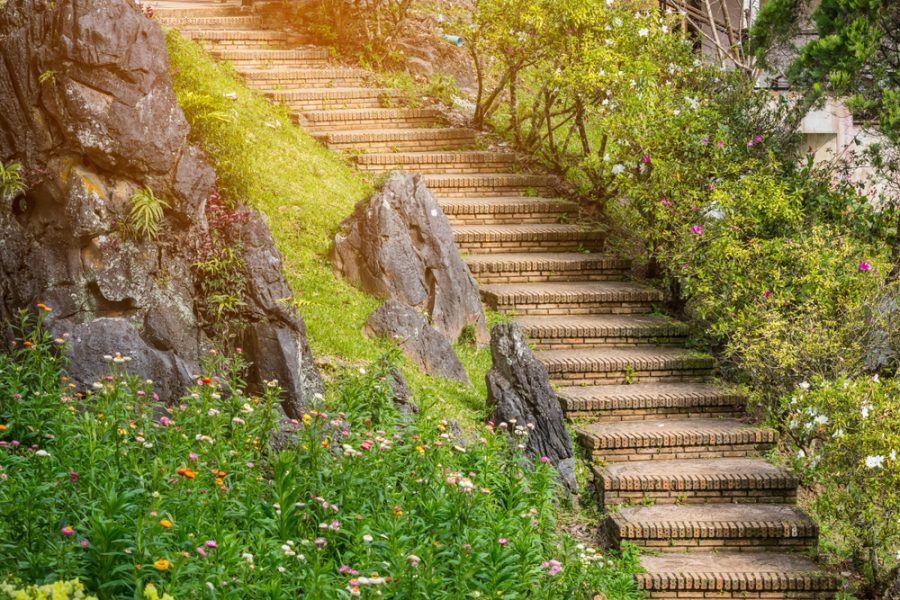 Zakrivené záhradné schodisko z tehly