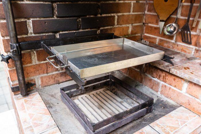 5. Ďalším príslušenstvom je oceľový pekáč či hranatá panvica, ktorú si dal majiteľ vyrobiť na zákazku z nehrdzavejúcej ocele.