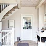 Kamenná podlaha spolu so stropom zo svetlého dreva navodzuje príjemnú prímorskú atmosféru.