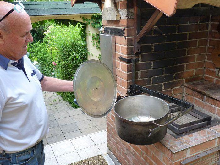 10. Antikorový kotlík zhotovený na zákazku môžeme vysúvať (odkláňať) sponad ohniska smerom von.