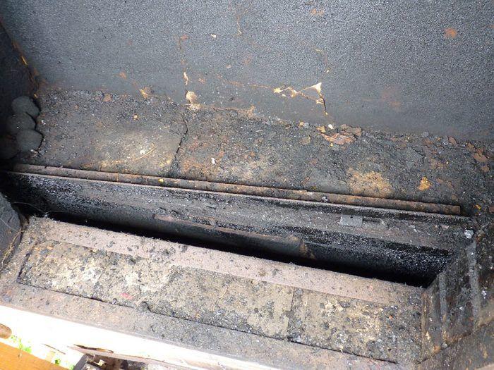 14. Spodná časť udiarne s prívodom dymu. Udiareň je napájaná ťahom z pece, ktorá je pod ňou.
