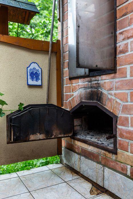 15. Pec pod udiarňou má ťahy prispôsobené tak, že dym spolu s teplom prúdi do prednej časti stavby, potom ponad pec do udiarne.