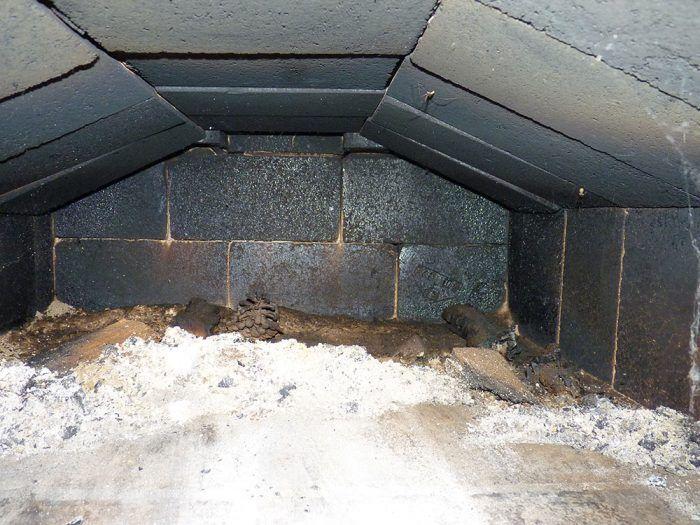 16. Ohnisko pece je teda ohrievané dymom aj zhora. Dym sa dostane na spodok udiarne a cez ňu potom nahor do komína.