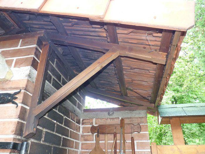 19. Strecha drží na jednoduchom drevenom rošte tvorenom dvomi krokvami, strešnými latami a vyrezávanou pohľadovou spodnou latou.