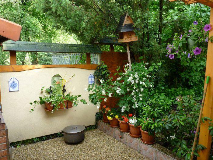 23. Pekné prostredie V máji boli farby rastlín veľmi živé, a tak si celý kozub aj s okolím ihneď podmaní oko návštevníka.