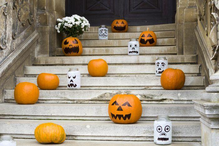 Široké schody lákajú k vytvoreniu veselej prekážkovej dráhy zo strašidielok.