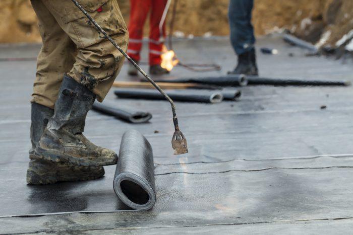 Natavovanie vodorovnej hydroizolácie z asfaltovaných pásov.