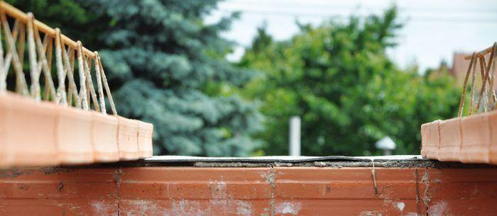 Krivá koruna múra s odchýlkou väčšou ako 5 mm na 2 m latu a rozdielom medzi najvyšším a najnižším miestom tak obvodových, ako aj nosných stien na uloženie stropu viac ako 10 mm sa vyrovná maltou a až potom sa položí asfaltový pás.