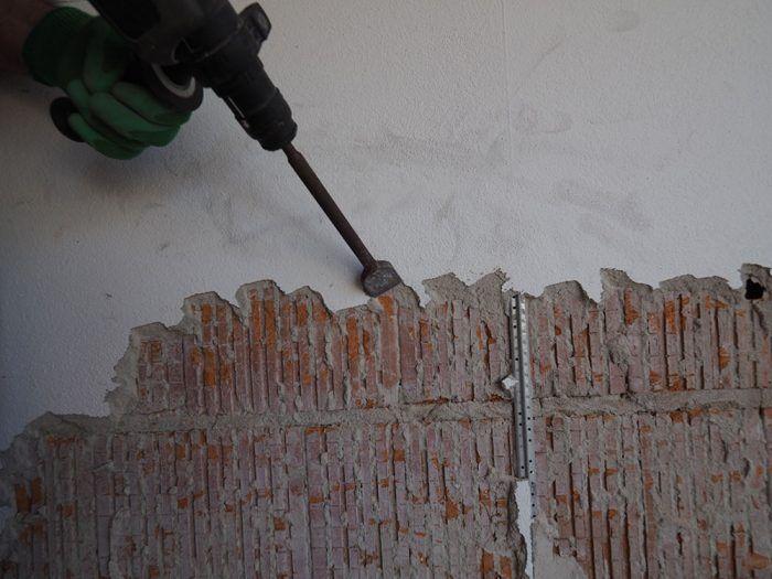 3. Odstraňovanie omietky Pri väčšej ploche je lepšie použiť vŕtacie kladivo. Pri tepelnoizolačných keramických tvárniciach pracujeme s citom.