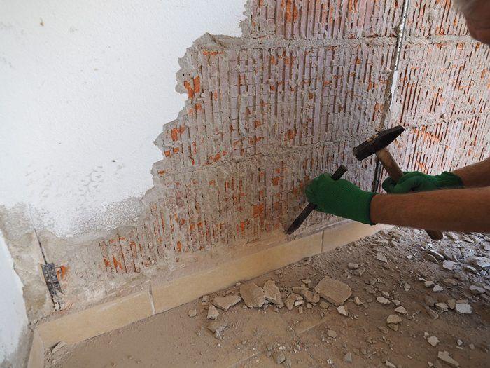 4. Na menšej ploche či okrajoch postačí kladivo a ručný sekáč. Omietku odstraňujeme od stredu steny smerom ku kútom a nárožiam.