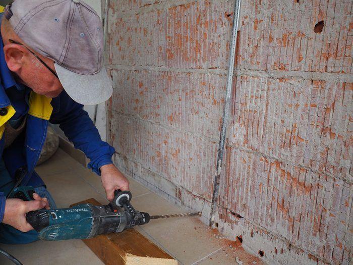 6. Pri plnej tehle vŕtame do prvej škáry medzi tehlami, pri dutej vŕtame asi 3 – 5 cm nad podlahou. Na dodržanie uhla vŕtania si pomôžeme hranolom.