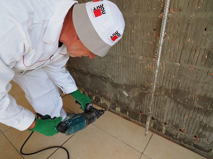8. Pre istotu sme zdvojili cementovú výstuž vyvŕtaním ďalšieho radu dier. Pri vŕtaní treba dávať pozor, aby sme nepoškodili pôvodnú izoláciu.