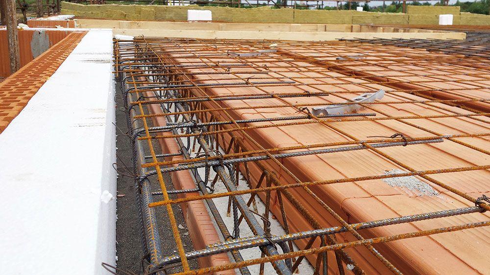 Na celú plochu sa uloží na vopred pripravené dištančné podložky, ktoré zabezpečia minimálne krytie výstuže betónom, sieť kari. Po obvode musí prečnievať min. 150 mm za líce muriva. Siete sa prekrývajú s presahom 210 mm v obidvoch smeroch. Po uložení vložiek, výstuže a sietí sa môže strop zabetónovať.