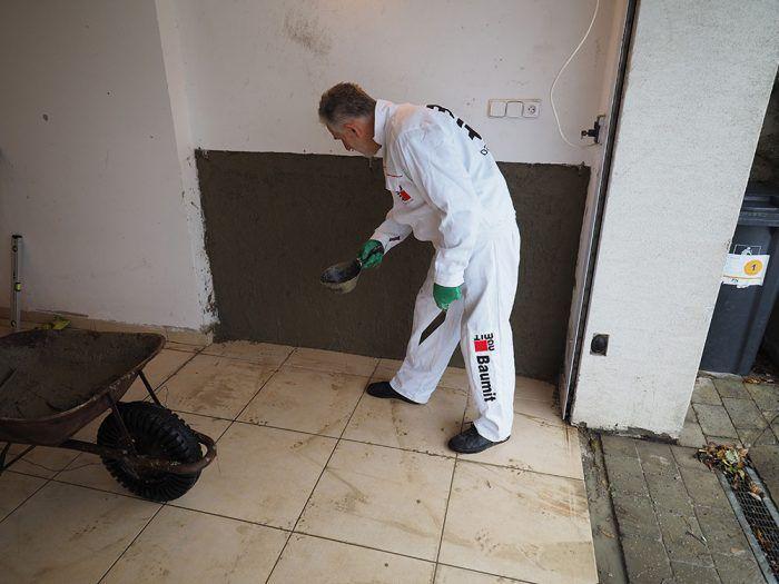 12. Nahadzovanie prednástreku klasickou murárskou naberačkou – lyžicou. Výdatnosť suchej malty je asi 10 kg/m2 pri 100 % krytí (1 vrece vystačí na 4 m2).