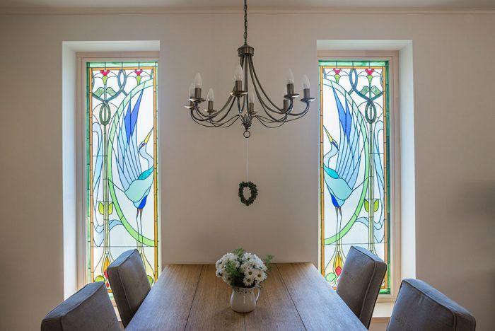 Do jedálne sa podarilo priniesť viac svetla aj zaujímavú atmosféru vďaka nápadu s vitrážou. Na podobných dôležitých detailoch sa ukázala užitočnosť spolupráce s interiérovou architektkou už vo fáze projektovania domu.