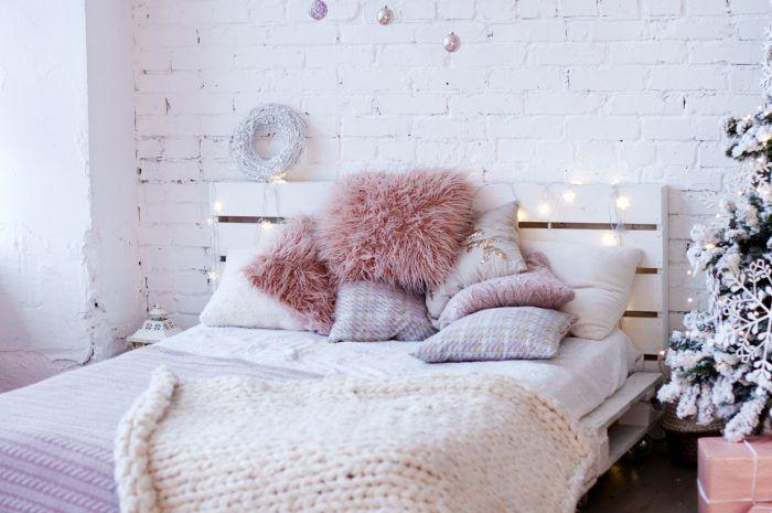 Obávate sa, že tehlová stena nemá miesto v romantickej spálni? Omyl. Zopár mäkučkých podušiek a prikrývok v pastelových farbách a interiér vám pochváli aj tá najzarytejšia romantička.