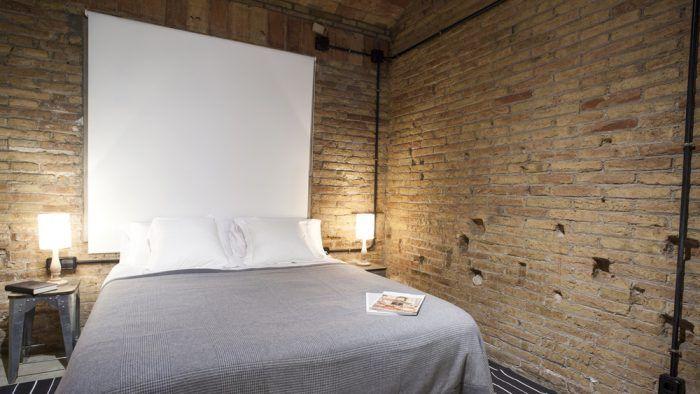 Ak máte dosť odvahy, pokojne obite steny aj stropy na pôvodnú tehlu. Získate originálny interiér s atmosférou loftu.