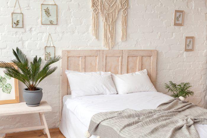 Ak chcete silný účinok tehly zjemniť, premaľujte tehlovú stenu bielou. Vynikne štruktúra tehly, no farbou nenaruší želaný charakter spálne.