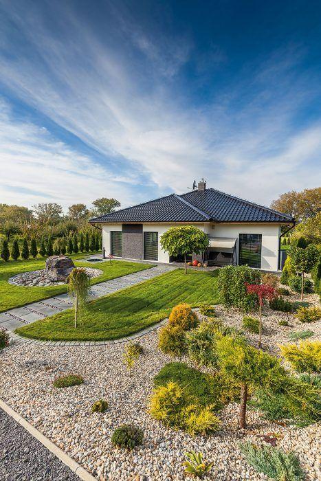 Moderný dom postavený uprostred veľkej záhrady je obklopený okrasnou aj úžitkovou zeleňou.