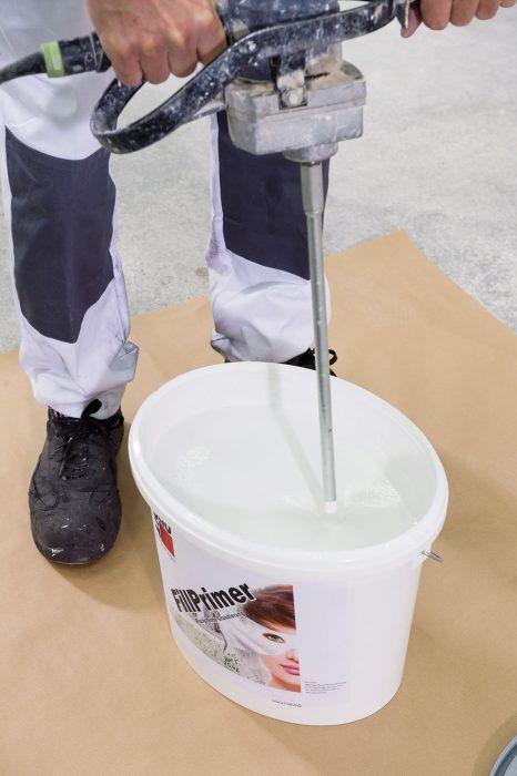 Bezprostredne pred nanášaním na pripravený podklad sa základný náter dôkladne premieša elektrickým miešadlom s nízkymi otáčkami.