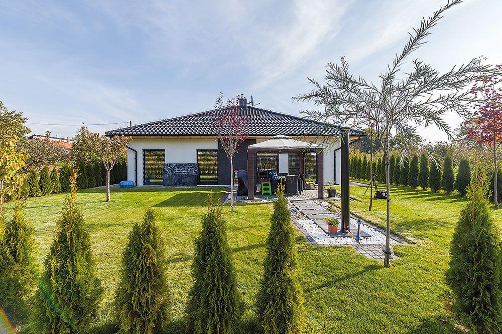 Veľká obytno-okrasná časť záhrady s altánkom, ohniskom a solárnou sprchou slúži na pobyt a rekreáciu.