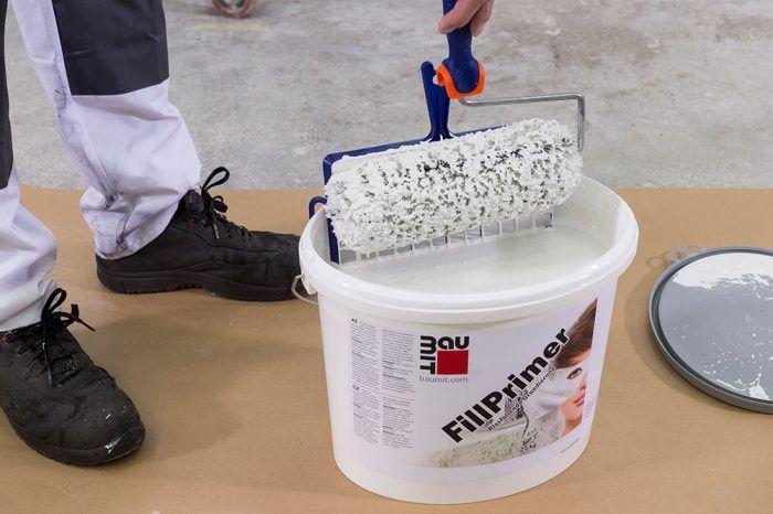 Na nanesenie základného náteru sa použije maliarsky valček alebo štetec.