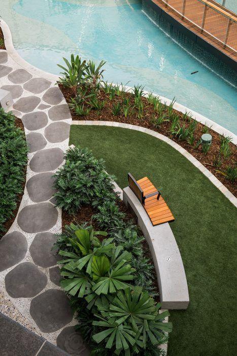 Zeleň vo vyvýšených záhonoch je nielen praktický počas údržby, ale pocitovo znásobuje objem zelene.