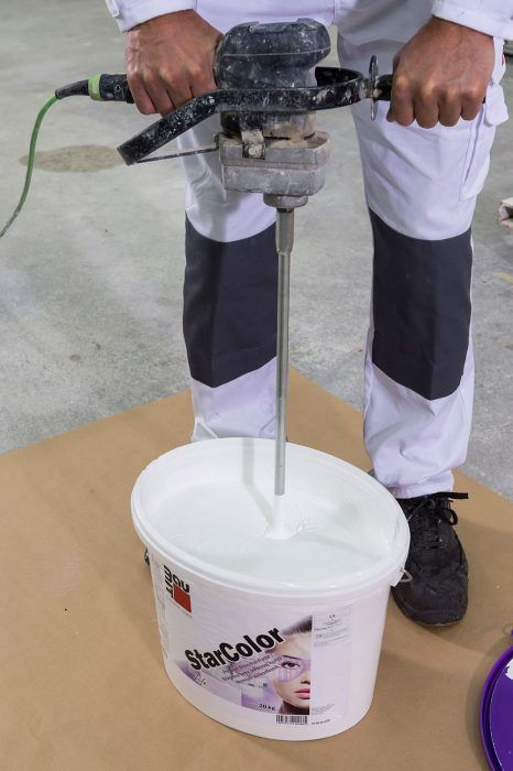 Po zaschnutí základného náteru (min. 24 h.) sa nanesie fasádna farba. Bezprostredne pred nanášaním fasádnej farby sa obsah vedra dôkladne premieša elektrickým miešadlom s nízkymi otáčkami.