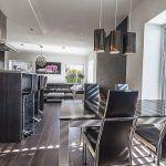 Pohľad na kuchyňo-obývačku od pracovne a spálne. Automatické žalúzie sa starajú o reguláciu svetla, takže v dome bez nútenej klimatizácie teplota neprekročí 25 °C.