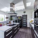 Dokonalá kuchyňa s ideálnou teplotou na podlahe. Rekuperačný systém sa stará o čistý vzduch bez zápachov, aj keď sa v nej naplno varí.