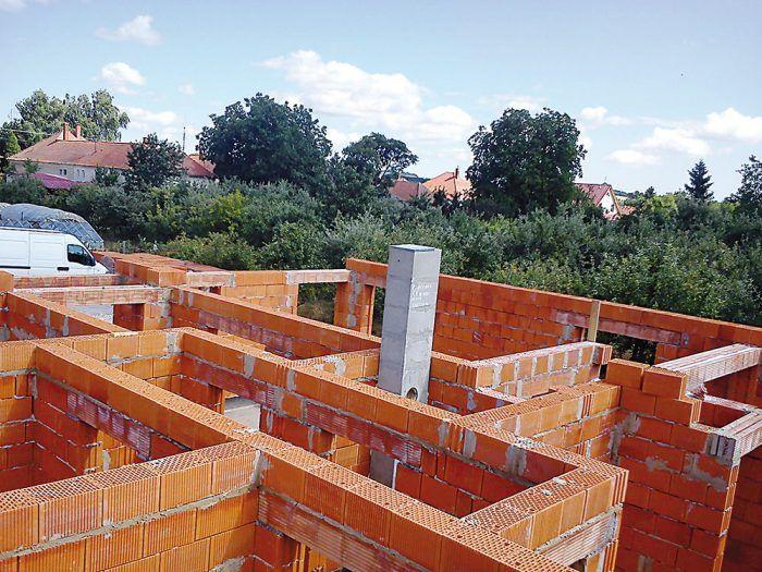 Všetky steny sú z osvedčenej, a pritom modernej brúsenej tehly naplnenej perlitom.
