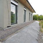 Úprava terénu okolo domu bola náročná pre veľký objem dovezenej zeminy.